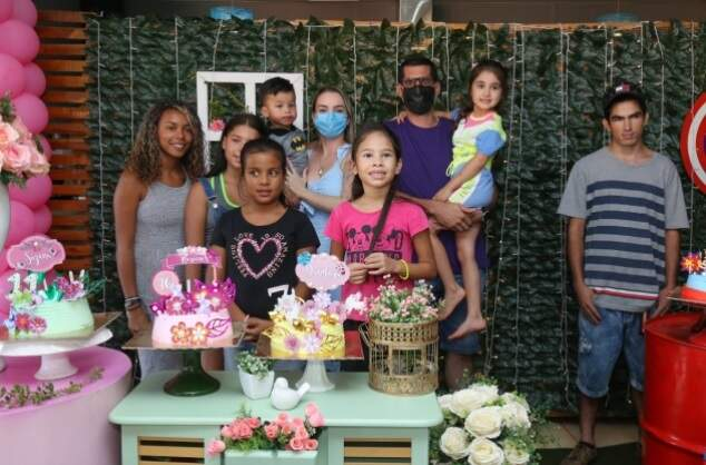 Pais e irmã de Luísa com as crianças aniversariantes da Comunidade do Retirinho (Foto: Kísie Ainoã)