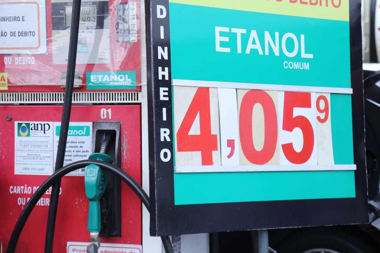 Muitos buscam o etanol para alternativa à gasolina, com preço que pesa no orçamento (Foto: Kisie Ainoã)