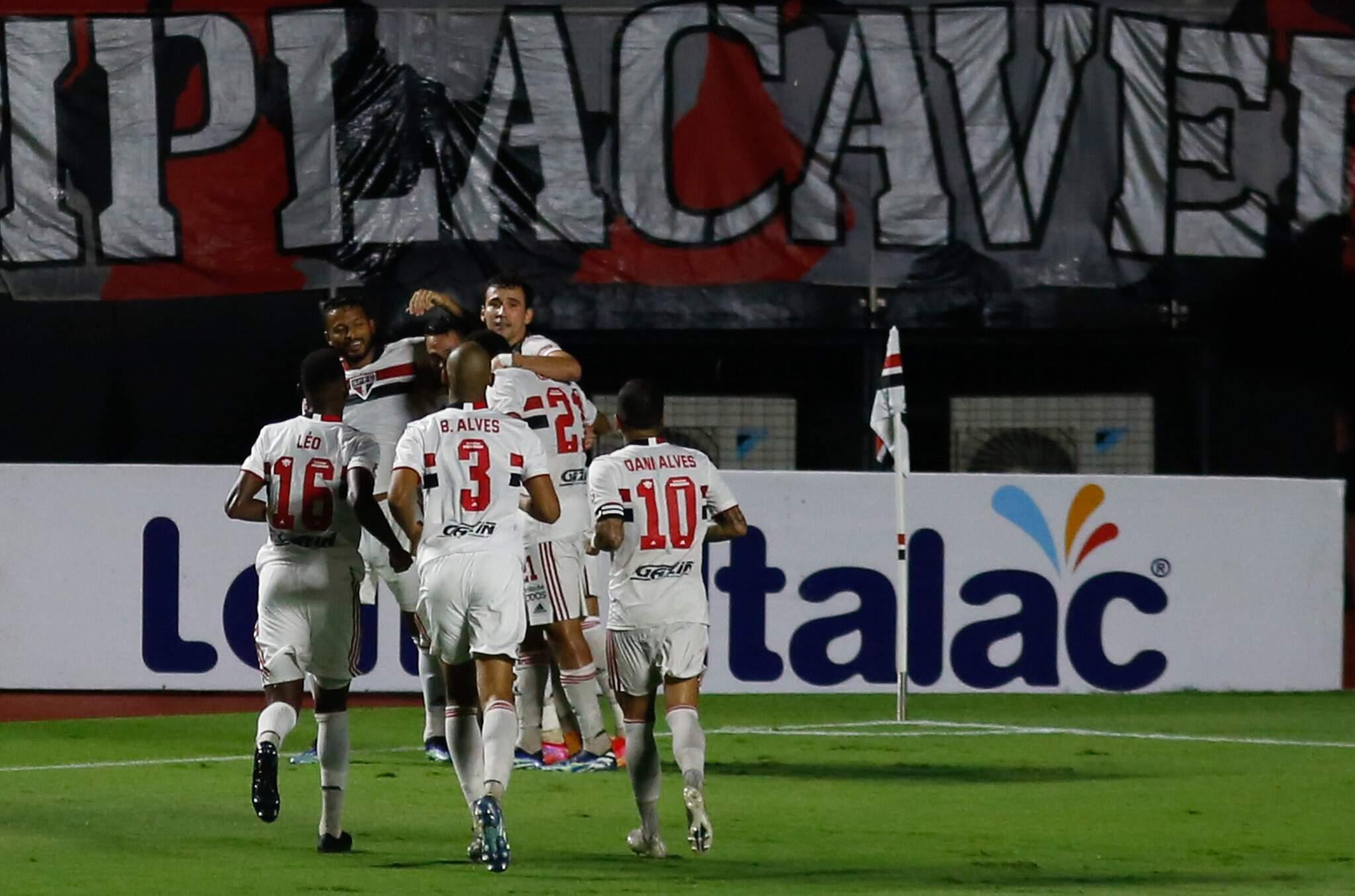 jogadores do São Paulo comemoram gol durante partida entre São Paulo x Santos válida pela terceira rodada do Campeonato Paulista 2021 no estádio Cicero Pompeu de Toledo (Morumbi),São Paulo. (Foto: Estadão Conteúdo)