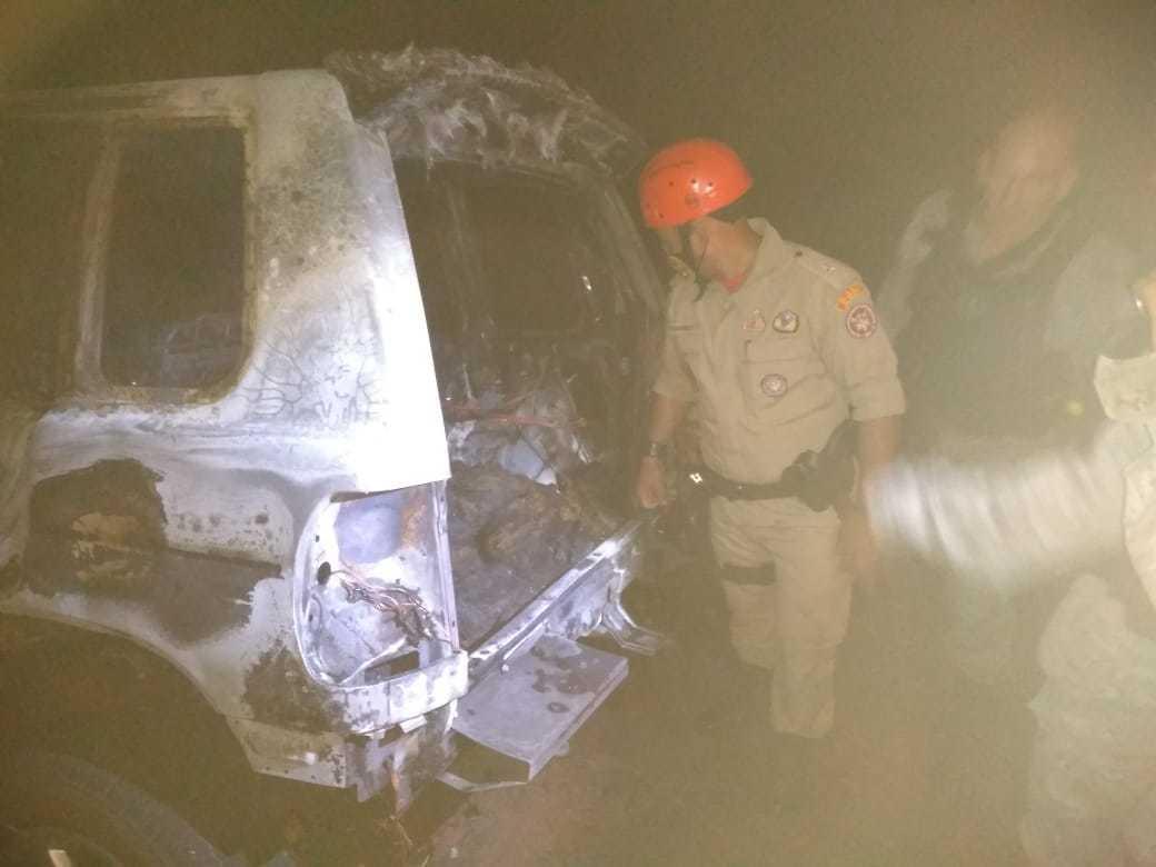 Bombeiro olha o que sobrou de veículo após o fogo. (Foto: Divulgação/5º GBM