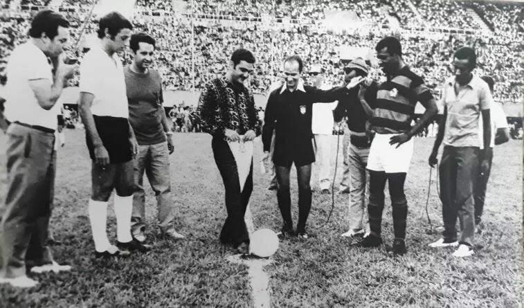 Pedro Pedrossian dá ponta pé na inauguração do Morenão em 1971.
