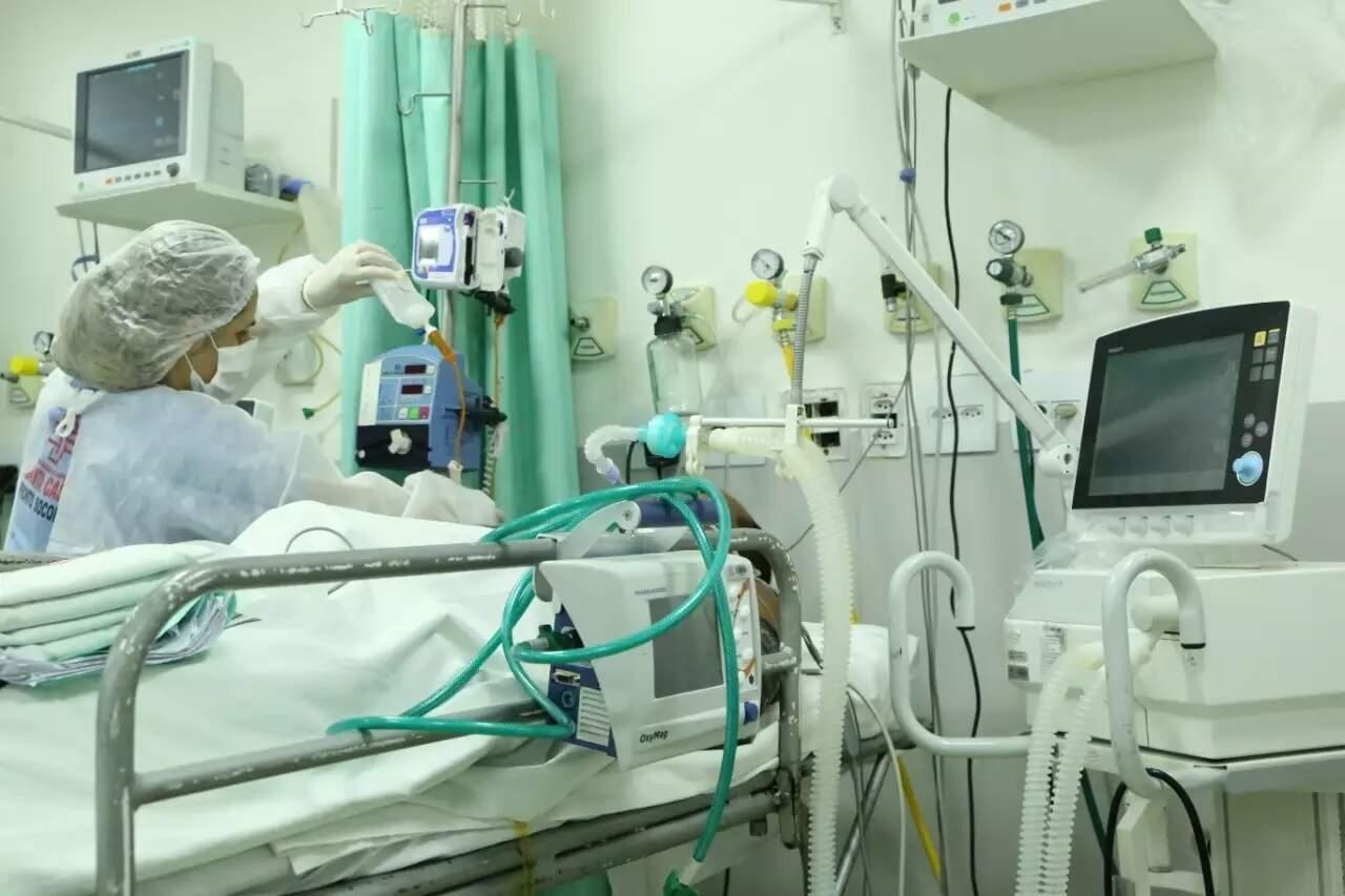 Paciente em atendimento em leito de UTI na Santa Casa. (Foto: Kísie Ainoã/Arquivo)