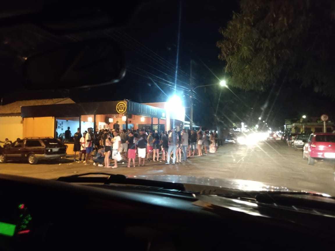 O bar Rat Cold Beer estava lotado, com clientes em pé no lado de fora. (Foto: Direto das Ruas)
