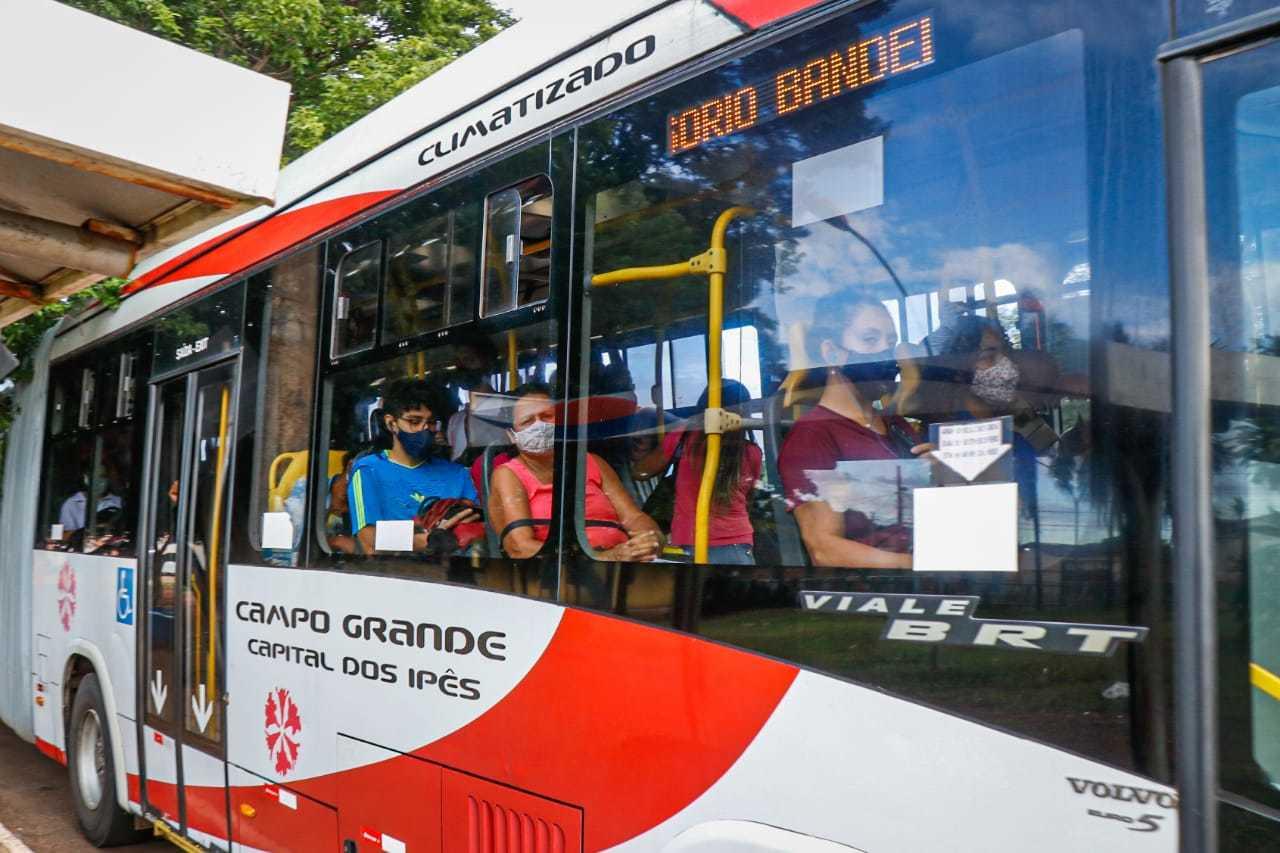 Usuários com máscara em ônibus. (Foto: Henrique Kawaminami)