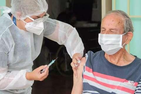 Com menos de 2 meses de vacina, mortes de idosos com 90 anos caem em MS