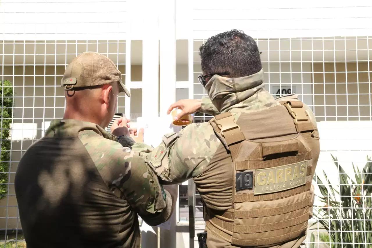 Policiais civis durante ação no dia 2 dezembro que lacrou empresa pertencente a deputado. (Foto: Arquivo/Campo Grande News)