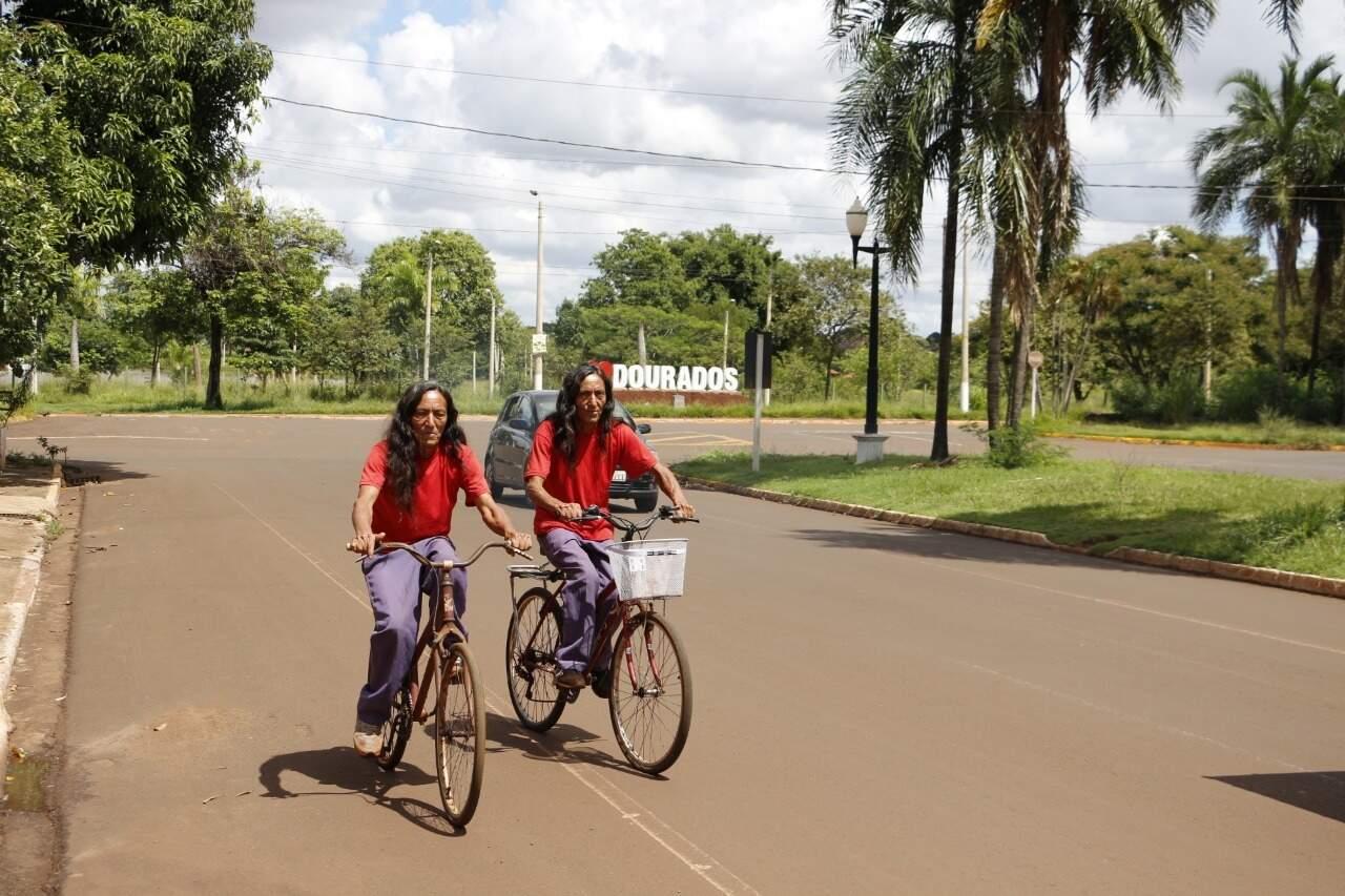 Os dois vivem andando de bicleta juntos pela cidade (Foto: Helio de Freitas)