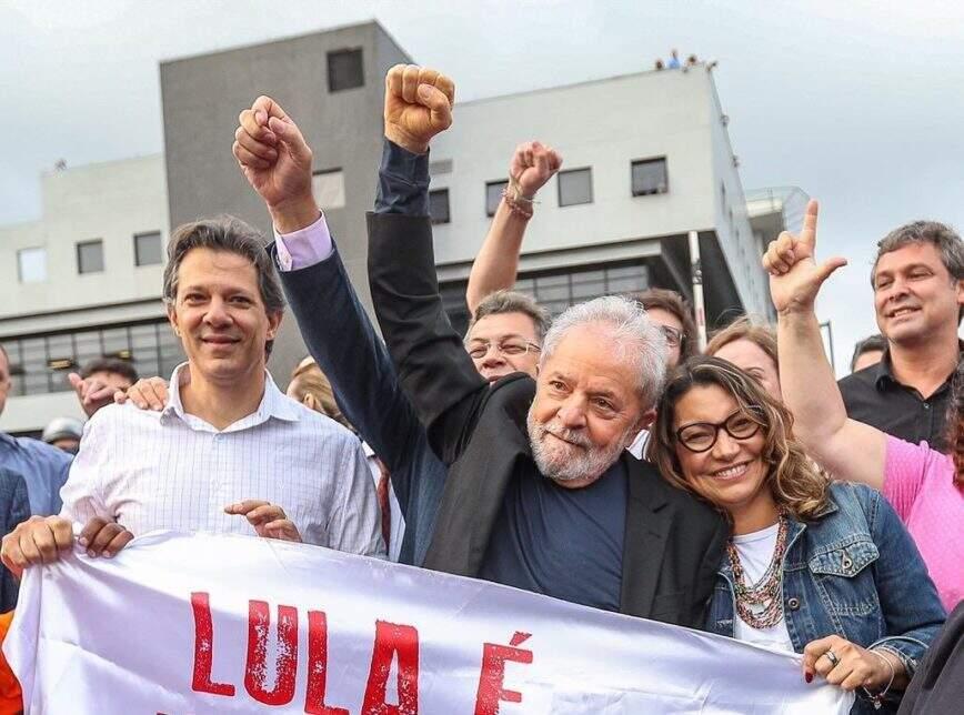 Ex-presidente Lula quando deixou prédio da PF em Curitiba. (Foto: Estadão)