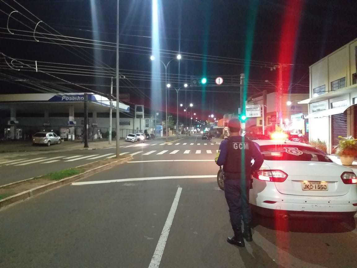 Guarda Civl Metropolitana durante fiscalização de medida restritiva pelas ruas da cidade. (Foto: Assessoria GCM)