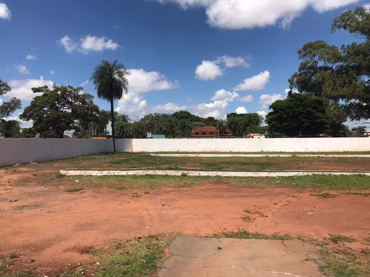Área de antigo estacionamento que dará lugar a sepultamentos no cemitério do Cruzeiro (Foto: Bruna Marques)