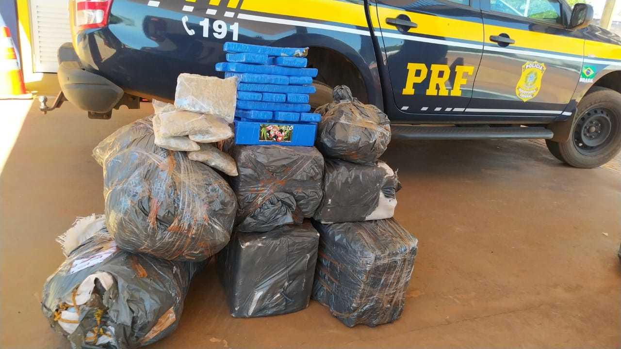 Fardos de maconha e skunk encontrados dentro do veículo. (Foto: PRF)