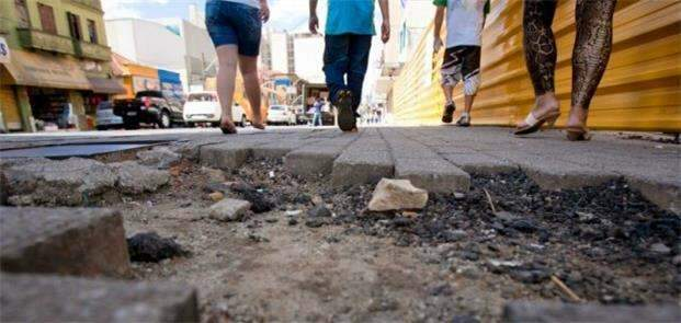 Indenização por buracos e quedas nas calçadas