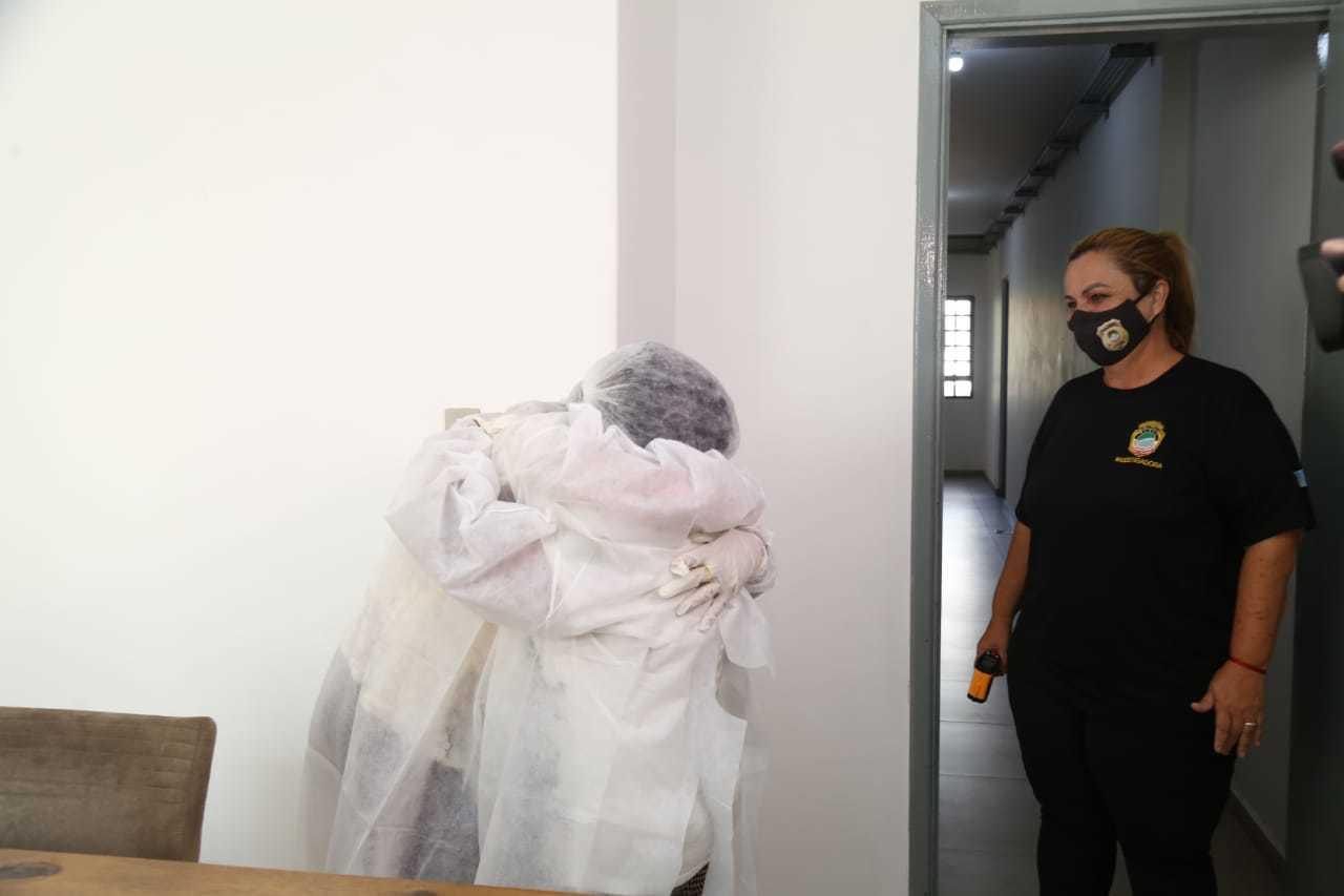 Emocionadas, as duas ficaram abraçadas sob olhar da investigadora Maria Campos (Foto: Kísie Ainoã)