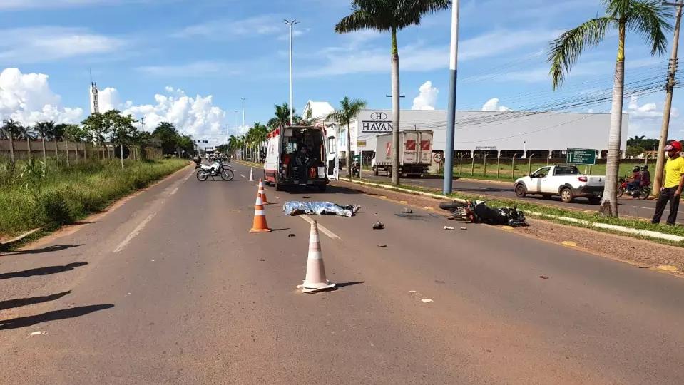Com impacto da batida motociclista morreu na hora. (Foto: Rádio Caçula)