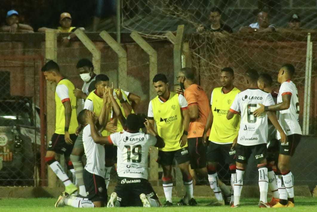 Equipe do Vitória comemorando o gol que deu a classificação sobre o Águia Negra (Foto: Franz Mendes)
