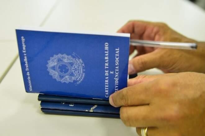 Pessoa folheia carteira de trabalho (Foto: Marcello Casal/Agência Brasil)