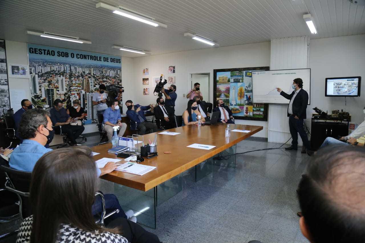 Secretário Municipal de Saúde, José Mauro, faz exposição em reunião com o prefeito na tarde desta quarta-feira (Foto: Kisie Ainoã)