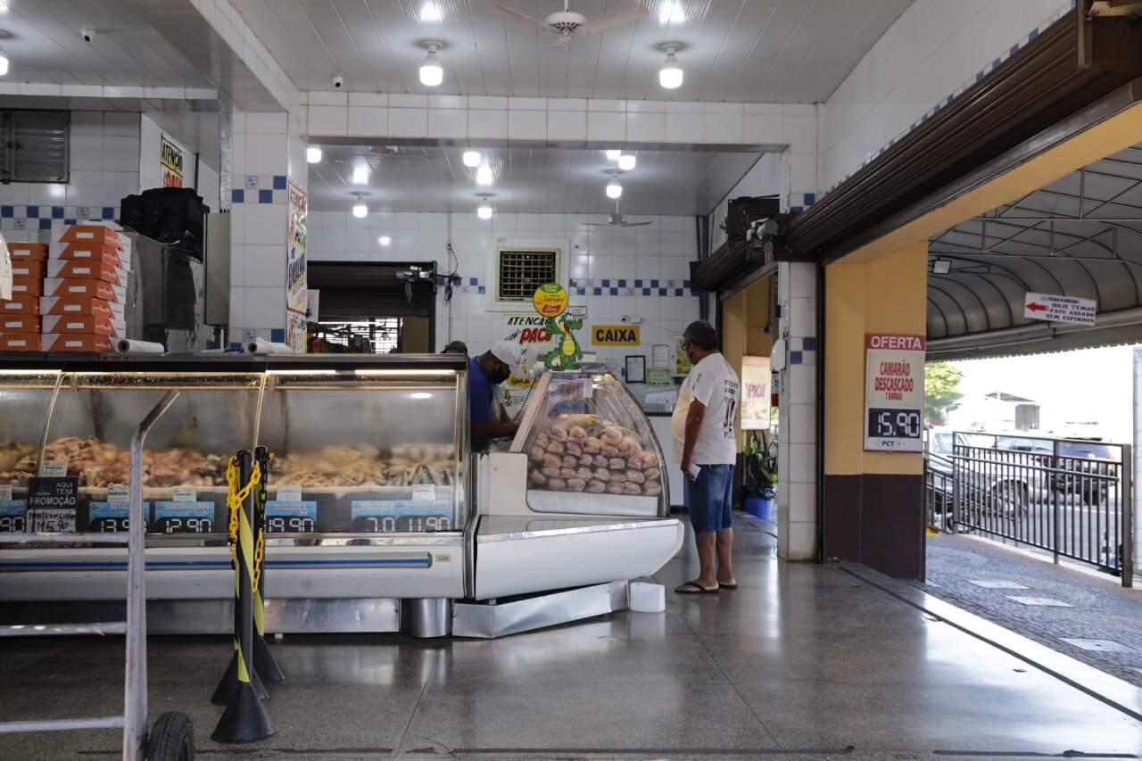 Peixaria do Mercadão Municipal em dia de pouco movimento, quando restrições ainda eram impostas pela Prefeitura de Campo Grande, no ano passado (Foto: Campo Grande News/Arquivo)