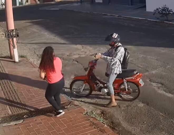 Momento em que criminoso aponta arma na direção da vítima, que teve celular roubado. (Foto: Direto das Ruas)