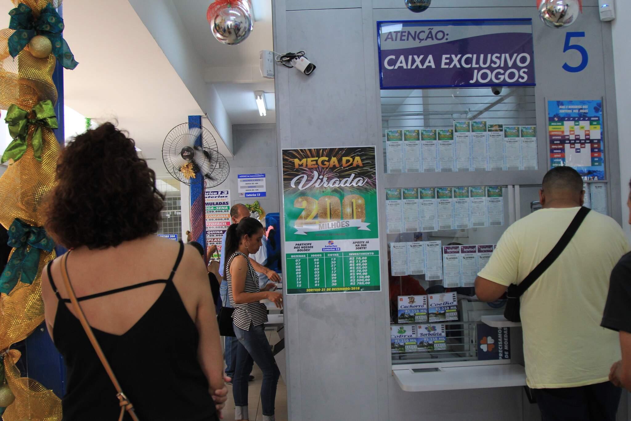 Clientes sendo atendidos em lotérica da Capital. (Foto: Arquivo)