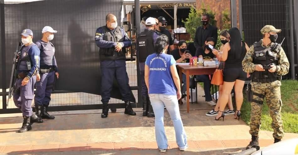 Fiscalização da Guarda Municipal e Vigilância Sanitária em bar no mês passado. (Paulo Francis/Arquivo)