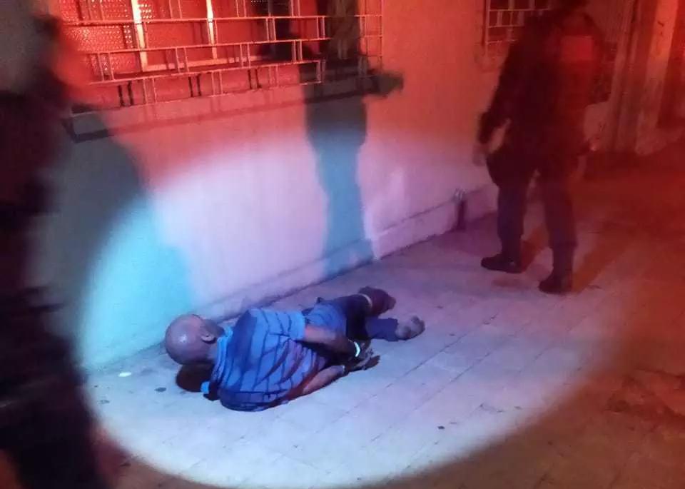 Homem algemado no chão após ser flagrado furtando fios de energia. (Foto: Direto das Ruas)