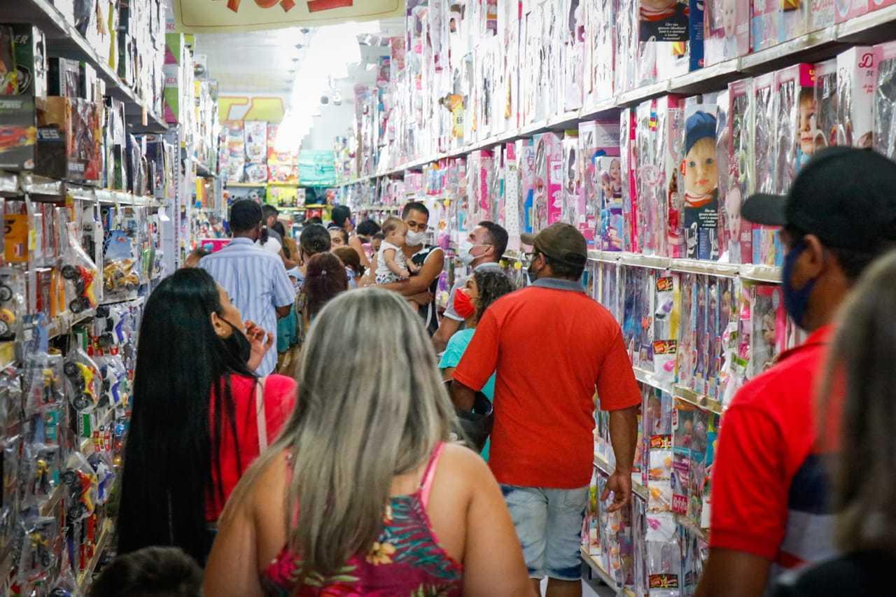 Movimento de clientes em loja do Centro da Capital. (Foto: Henrique Kawaminami)