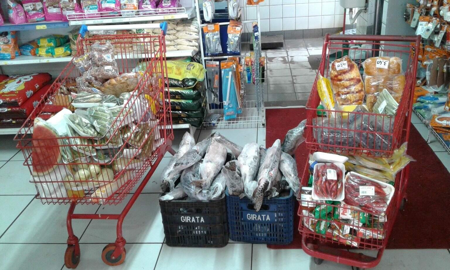 Dois carrinhos cheio de marcadorias e mais duas caixas com produtos vencidos foram apreendidos pelo Procon. (Foto: Divulgação/Procon)