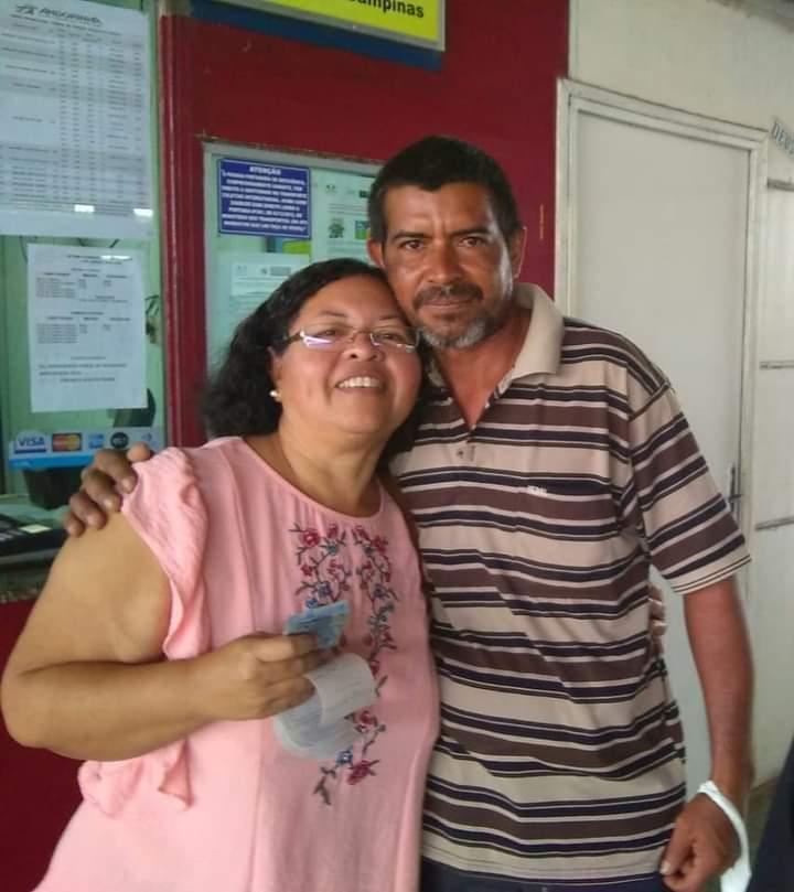 Edilson Caldas Carvalho ao lado da prima, Gislene Benites Caldas Peres. (Foto: Arquivo pessoal)