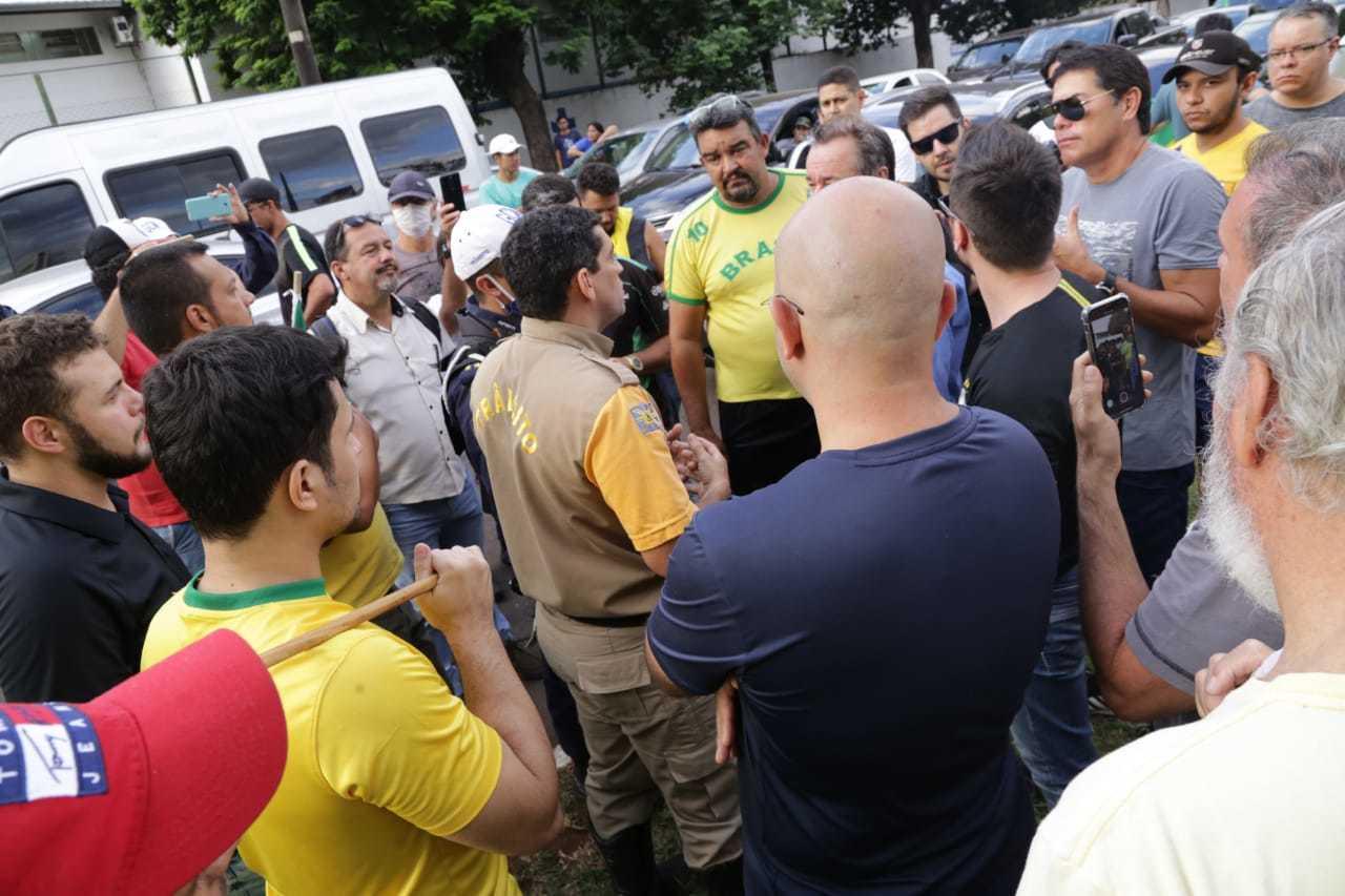 Em março do ano passado, comerciantes também foram até a prefeitura em protesto contra restrições. (Foto: Kisie Ainoã/Arquivo)