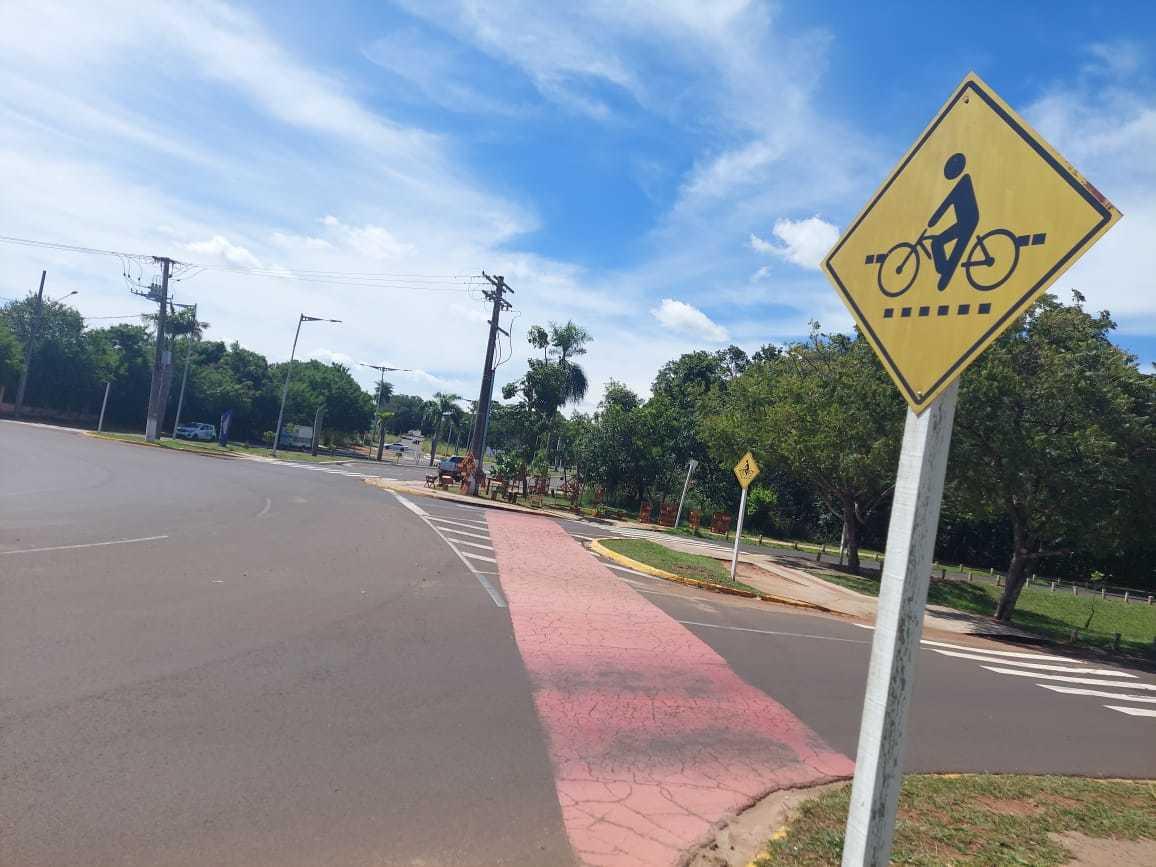 Placa em rotatória onde jovem de 20 anos foi atropelada, e acabou morrendo uma hora depois, alerta sobre ciclistas. (Foto: Aletheya Alves)
