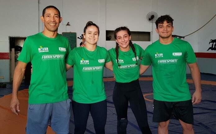 Primeiro da esquerda, Agnaldo é técnico de equipe que frequentemente representa MS em competições de luta olímpica (Foto: Divulgação)