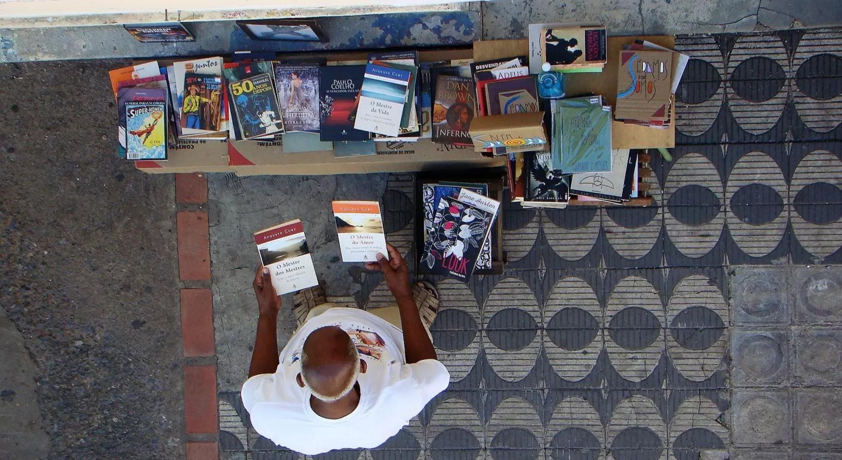 É na frente de sua casa que montou uma venda improvisada ao estilo de sebo (Foto: Arquivo Pessoal)