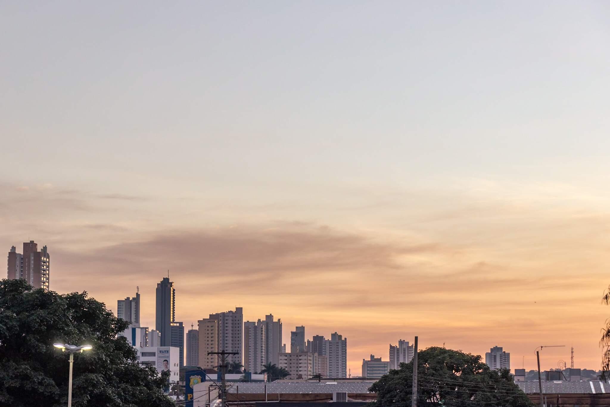 Capital amanheceu com poucas nuvens no céu (Foto: Henrique Kawaminami)