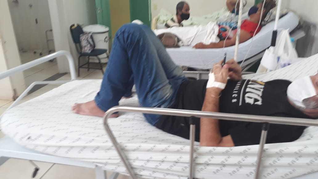 Paciente em leito de UPA em Campo Grande. (Foto: Direto das Ruas)