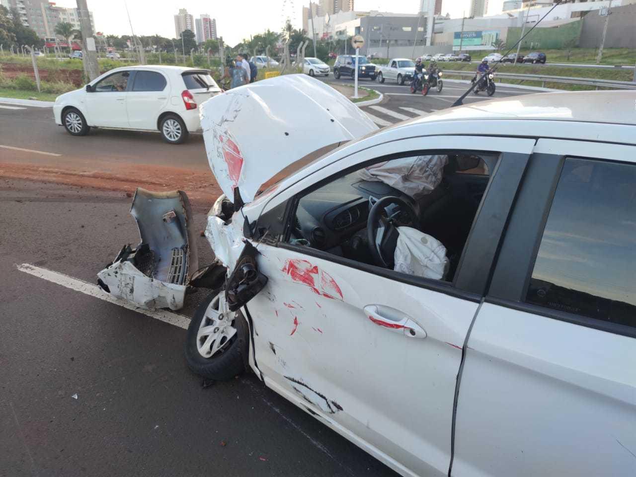 Imagem mostra estrago na lateral do veículo e roda torta após eixo quebrar (Foto: Jhefferson Gamarra)