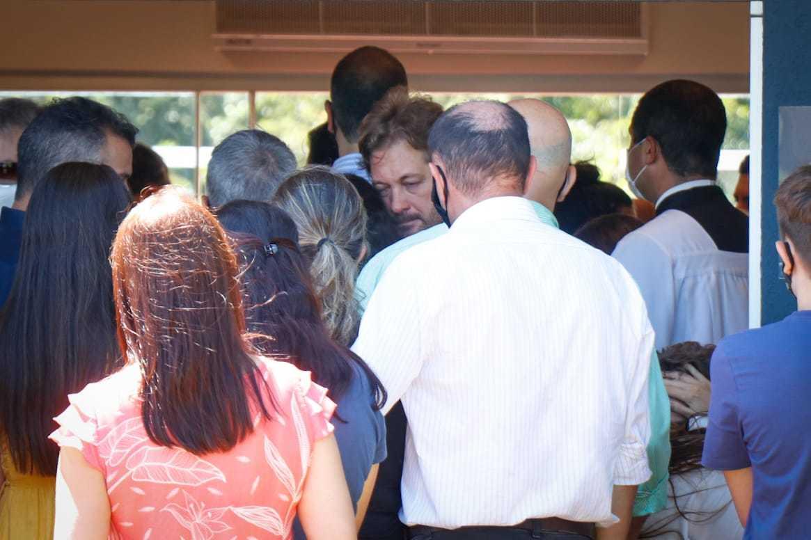 """Ao centro, pai visivelmente abalado no velório da filha de 21 anos. Despedida de jovem que morreu depois de ser atropelada tem a música """"Hallelujah"""", cantada por Emanuelle, como trilha sonora (Foto: Henrique Kawaminami)"""