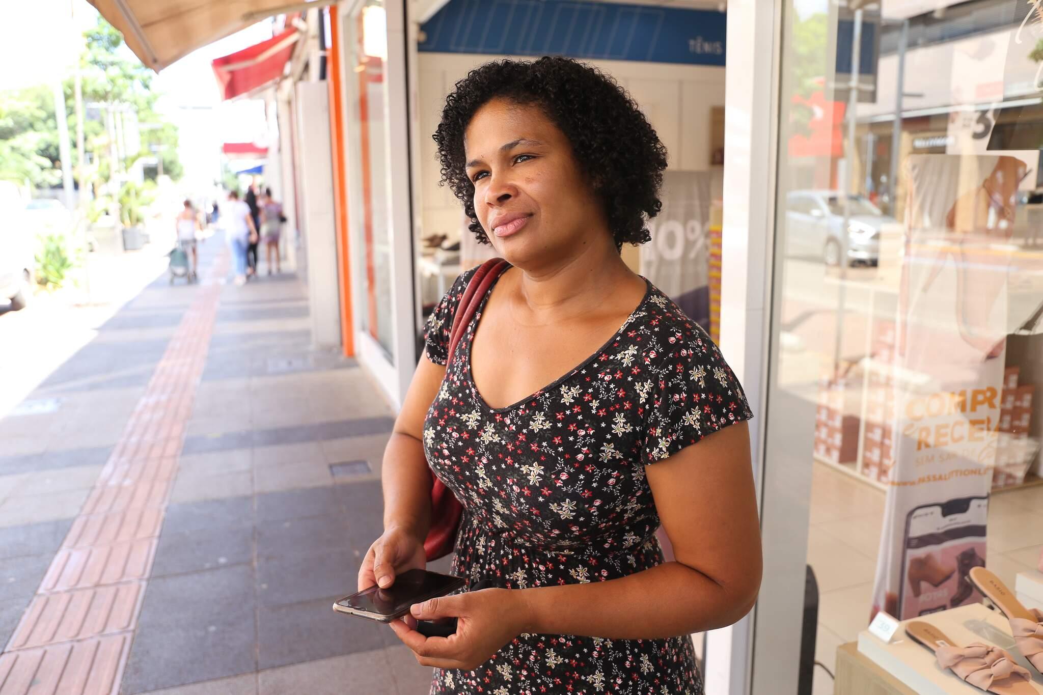 Regina Francisca de Azevedo, 37 anos, diz que não quer pensar no pior para os dias futuros. (Foto: Paulo Francis)