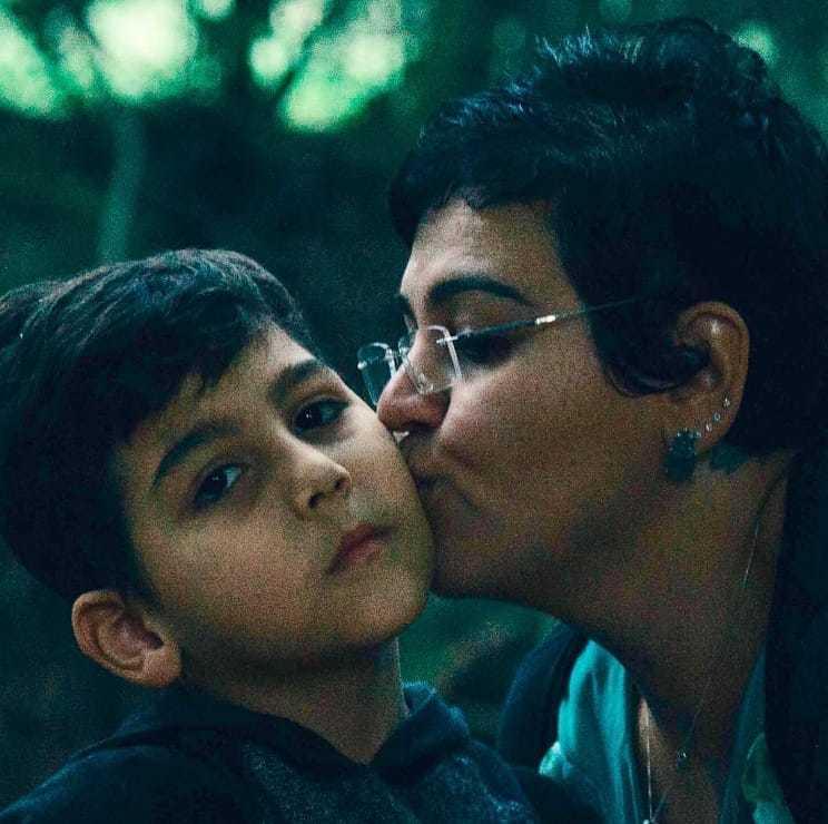 Theo recebe beijinho de sua mãe Adriana (Foto: Arquivo Pessoal)