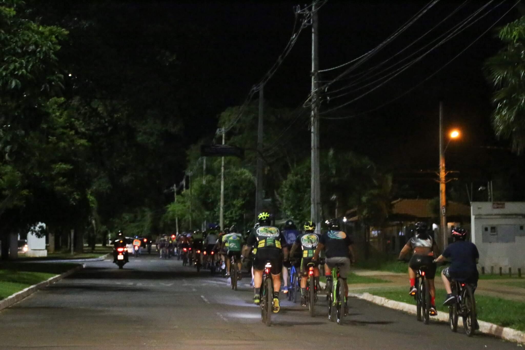 Ciclistas pedalando em direção ao local do acidente. (Foto: Paulo Francis)