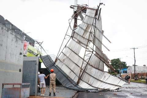 """""""Fiquei embaixo da mesa"""", conta morador sobre hora em que vento levou cobertura"""