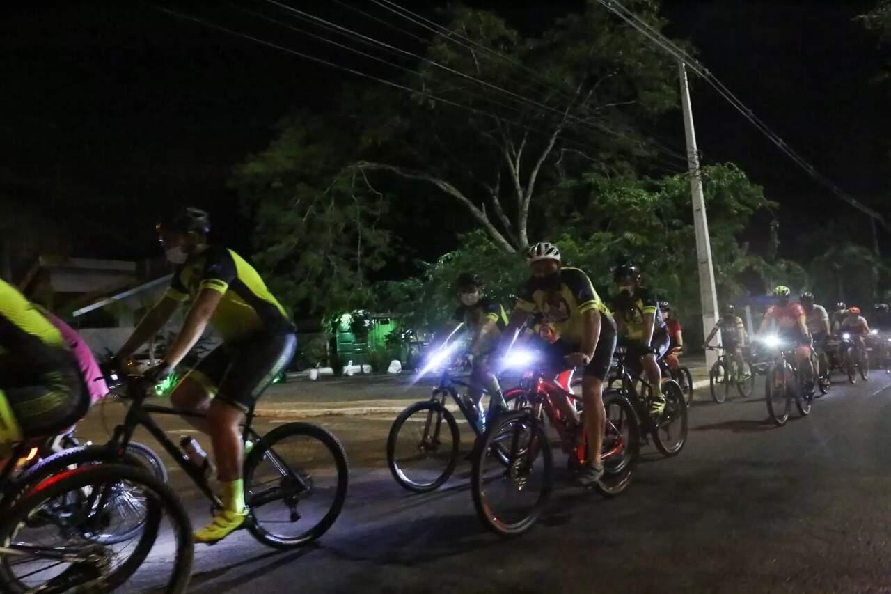 Nessa sexta-feira, ciclistas fizeram homenagem para jovem que morreu depois de ser atingida enquanto pedalava. (Foto: Paulo Francis)