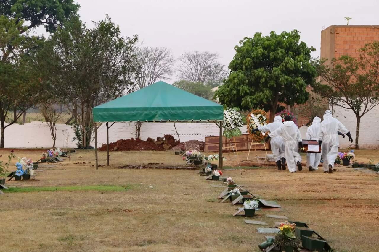 Enterro de vítimas da covid-19 ocorrer com regras de biossegurança (Foto: Henrique Kawaminami/Arquivo)
