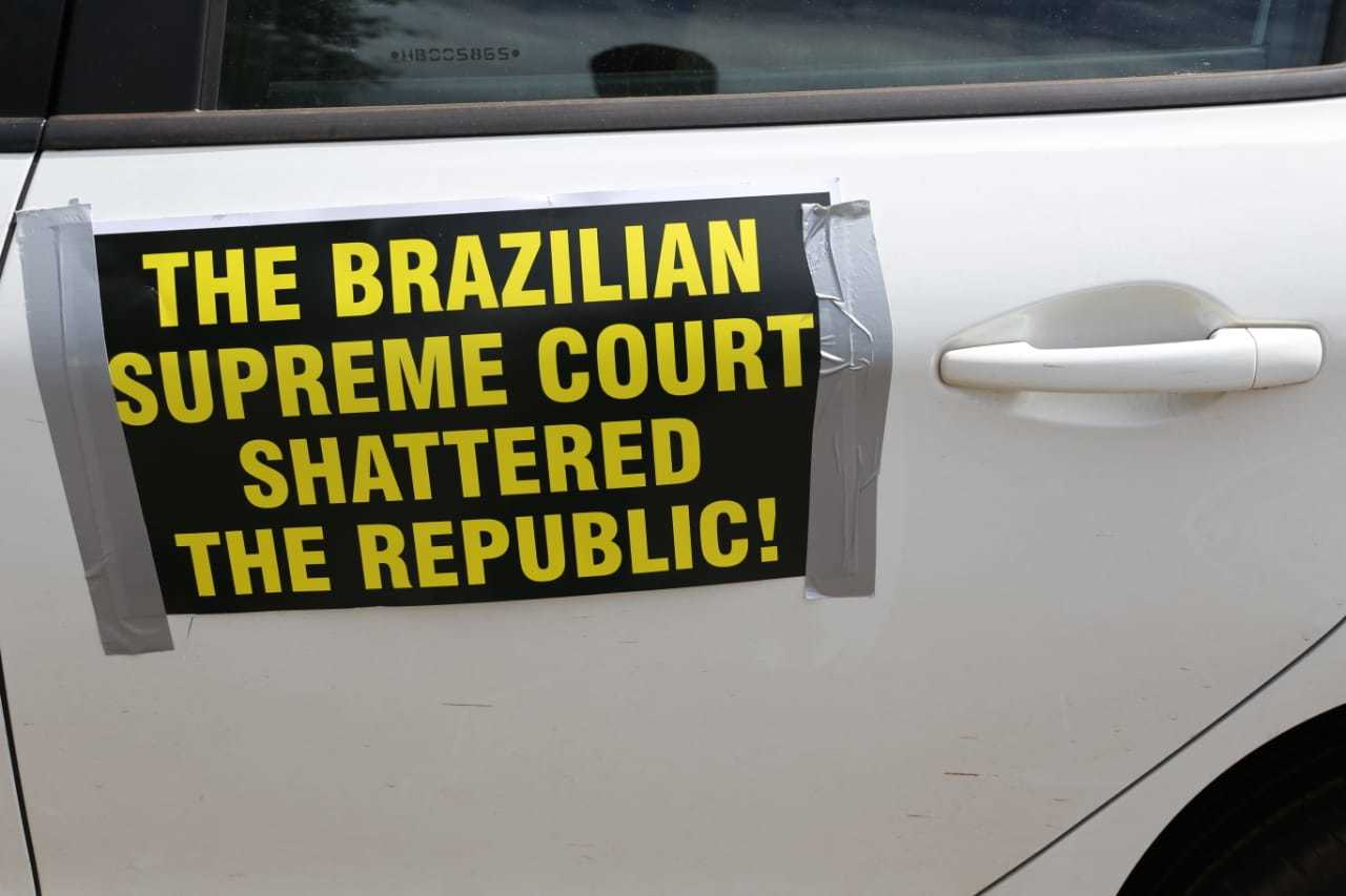 """Frase me inglês na tradução diz """"A suprema corte brasileira destruiu a república"""". (Foto: Paulo Francis)"""