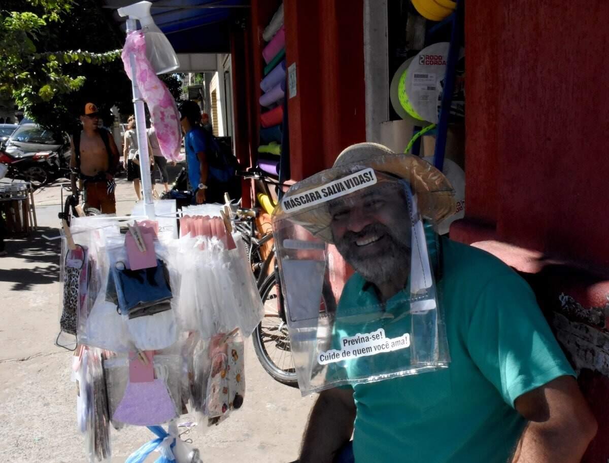 "Aqui, clique de comerciante ambulante vendendo itens como as máscaras ""que salvam vidas"" (Foto: Roberto Higa)"
