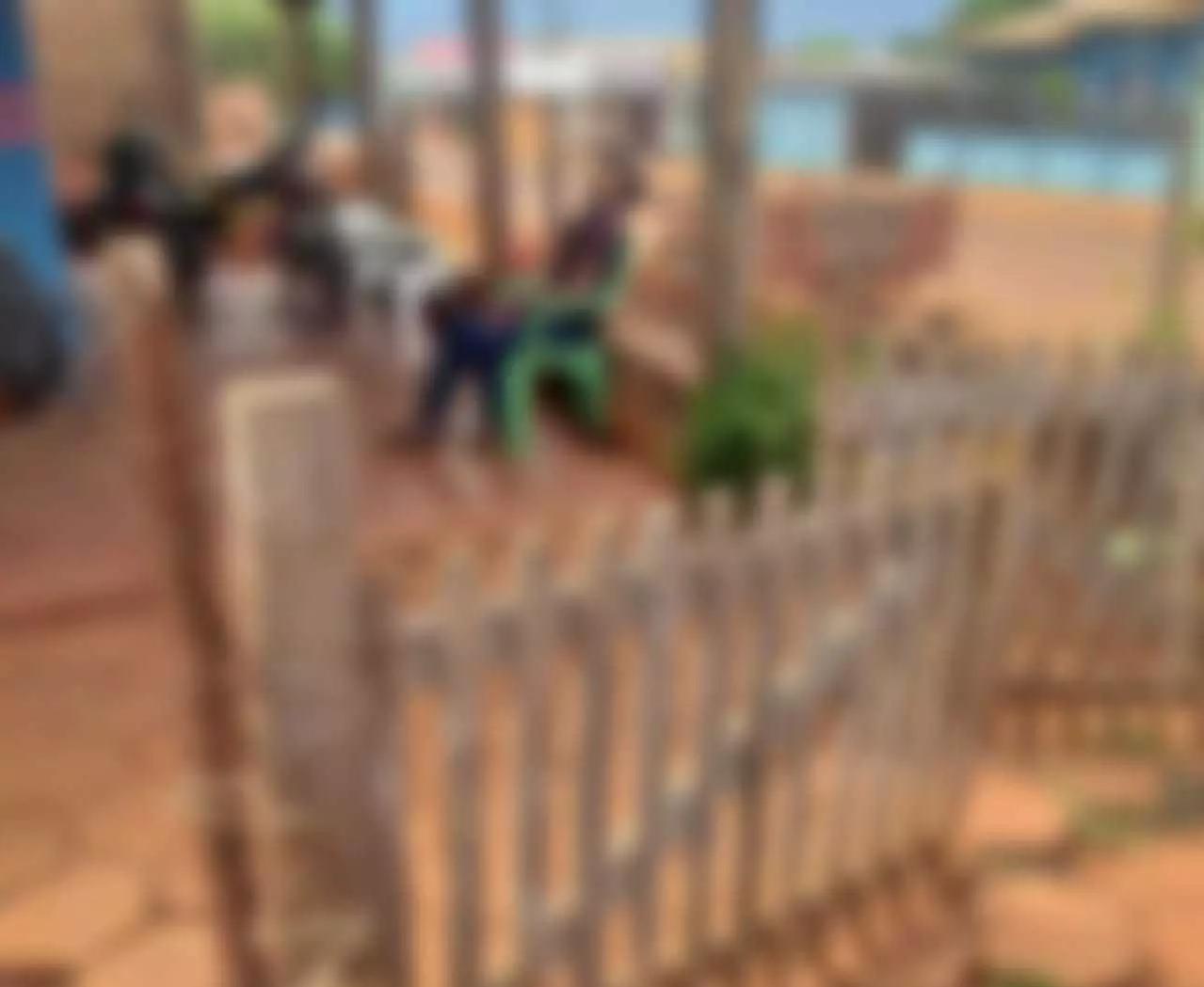 Vítima estava sentada em uma cadeira quando foi baleada e morta (Foto: Ponta Porã News)