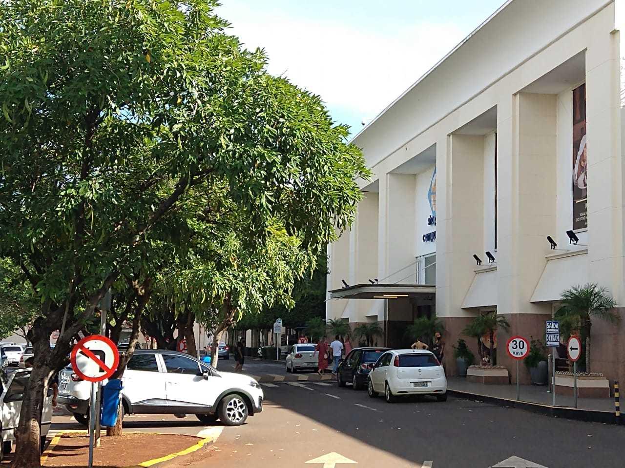 Tarde movimentada nas últimas horas de funcionamento do shopping (Foto: Paulo Francis)