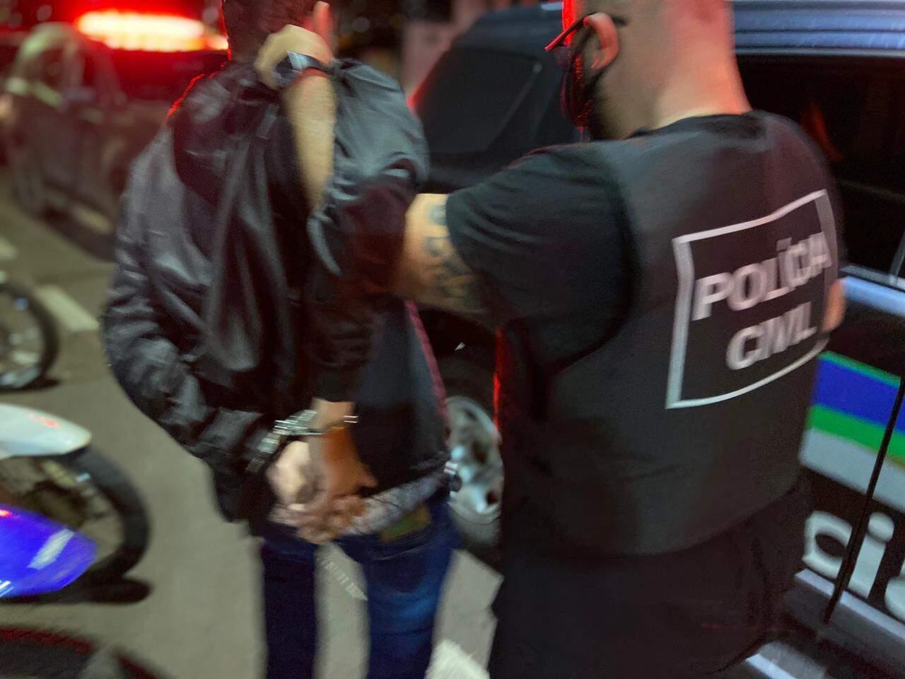 Rapaz foi preso por porte de drogas em uma conveniência. (Foto: Divulgação   Polícia Civil)