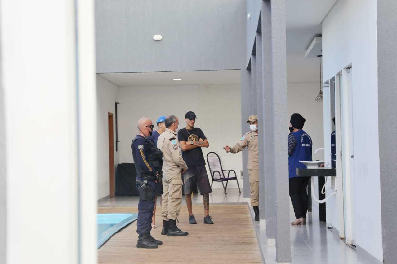 Militares no local conversando com organizadores da festa. (Foto: Paulo Francis)