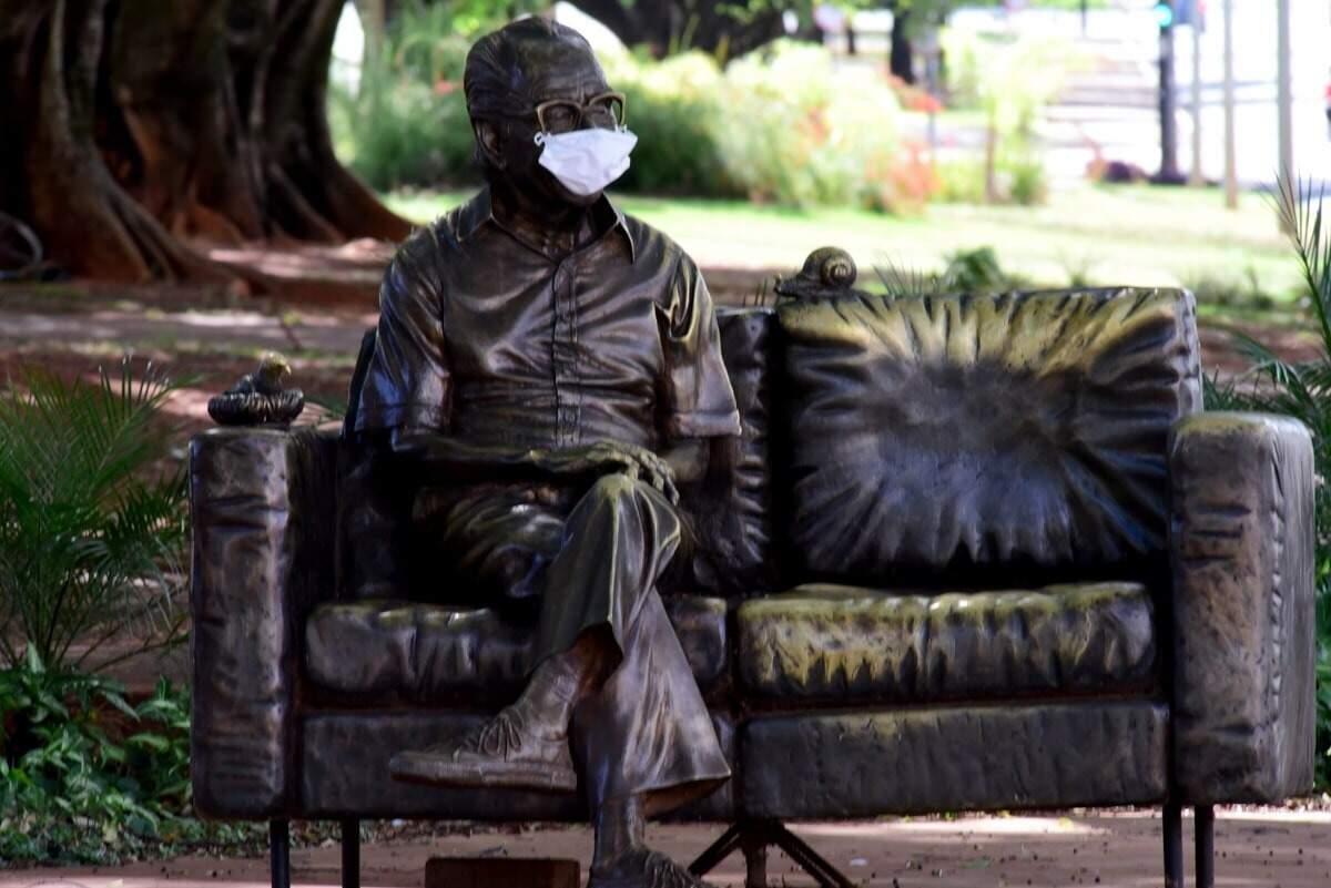 """Na pandemia do novo coronavírus, até estátua de Manoel de Barros foi """"obrigada"""" a usar máscara (Foto: Roberto Higa)"""